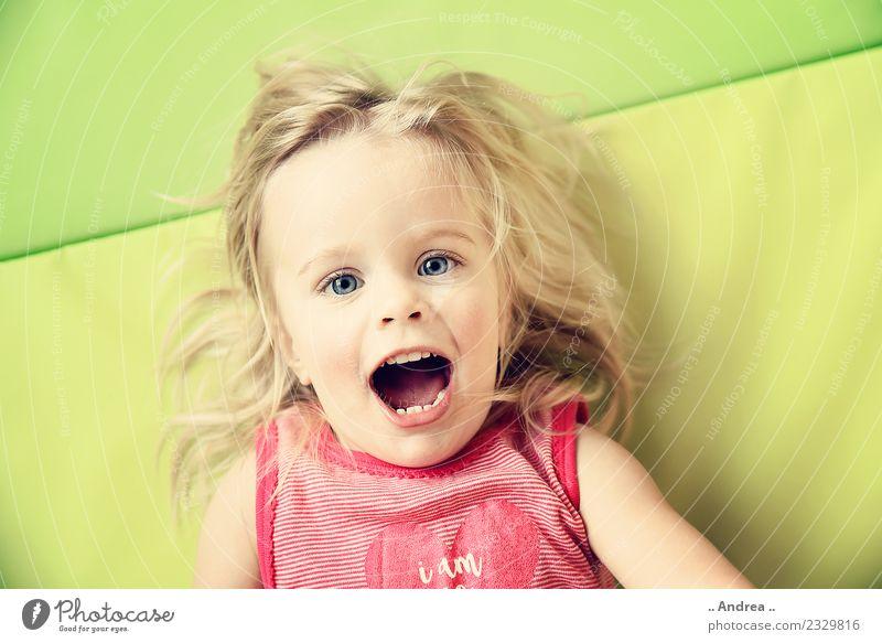 Ich habe Spaß Kind Kleinkind Mädchen 1 Mensch 1-3 Jahre Freude Sport Fitness Lächeln lachen liegen Spielen Gesundheit frisch Fröhlichkeit Glück Lebensfreude