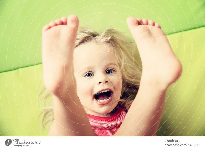 Füße hoch ... Kind Kleinkind Mädchen Gesicht Fuß 1 Mensch 1-3 Jahre Bewegung Fitness Lächeln lachen liegen Spielen Sport Fröhlichkeit frisch Gesundheit Glück