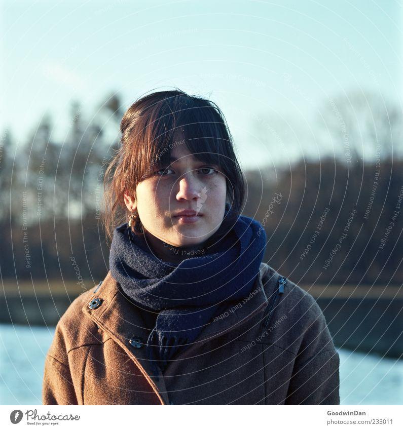 sorglos. Mensch Frau Natur Jugendliche schön Winter Erwachsene Umwelt feminin kalt Gefühle Stimmung Park natürlich authentisch Junge Frau