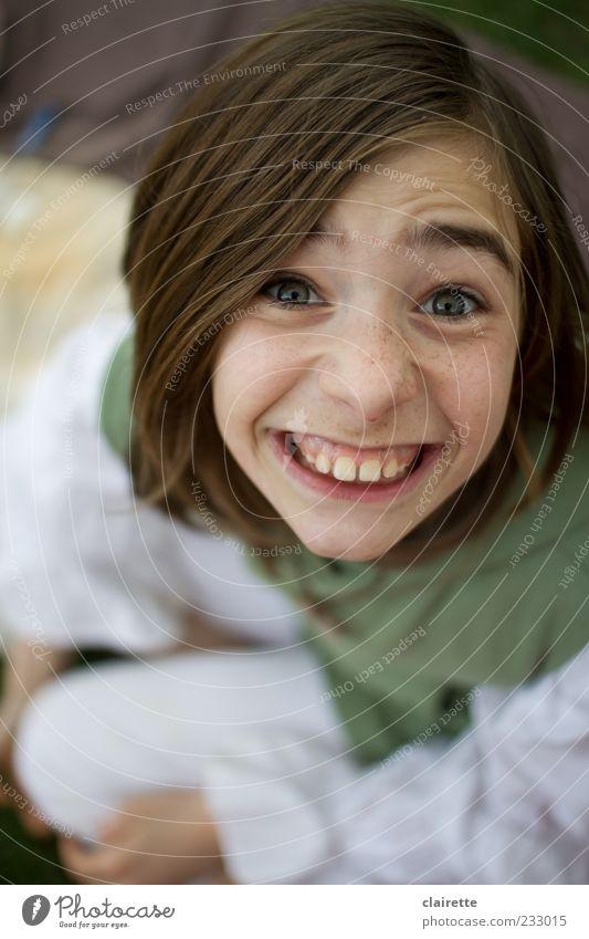 Lächeln ist die charmanteste Art, dem Feind die Zähne zu zeigen Mensch Kind Jugendliche weiß grün Mädchen Freude lustig Kindheit sitzen außergewöhnlich verrückt Zähne Lächeln brünett 8-13 Jahre