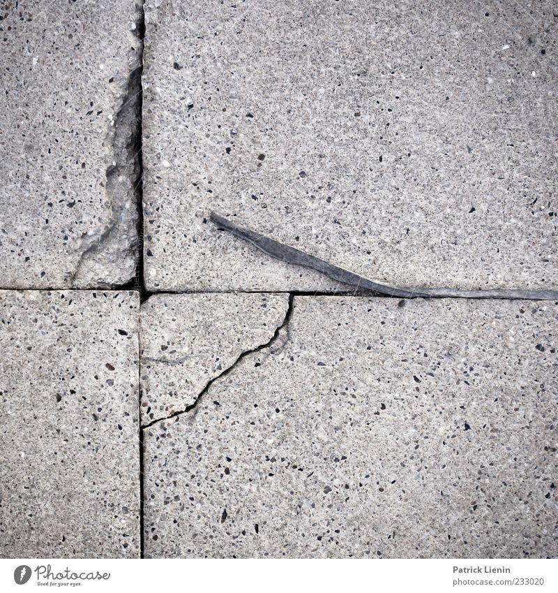 Zeitloch Menschenleer Stein Beton Linie alt kaputt trist grau Symmetrie Umwelt Zerstörung Riss Bodenplatten Außenaufnahme Nahaufnahme Muster Strukturen & Formen