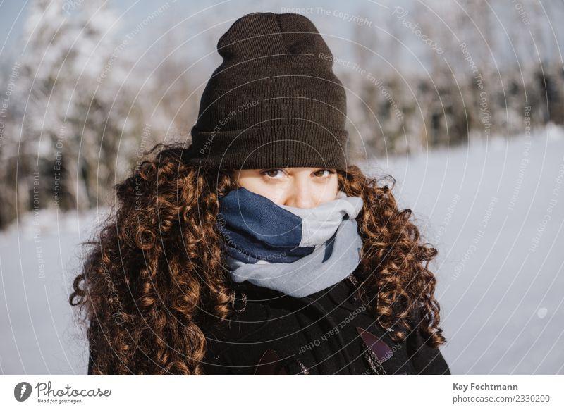 Junge Frau warm eingepackt gegen die Kälte Lifestyle Ferien & Urlaub & Reisen Tourismus Ausflug Winter Schnee Winterurlaub wandern Jugendliche Leben Auge 1