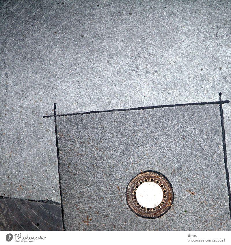 Street Art Menschenleer Platz Straße authentisch außergewöhnlich einzigartig Gully Abfluss Asphalt Teer Ecke Eisen Kreis kreisrund Linie Farbfoto Außenaufnahme