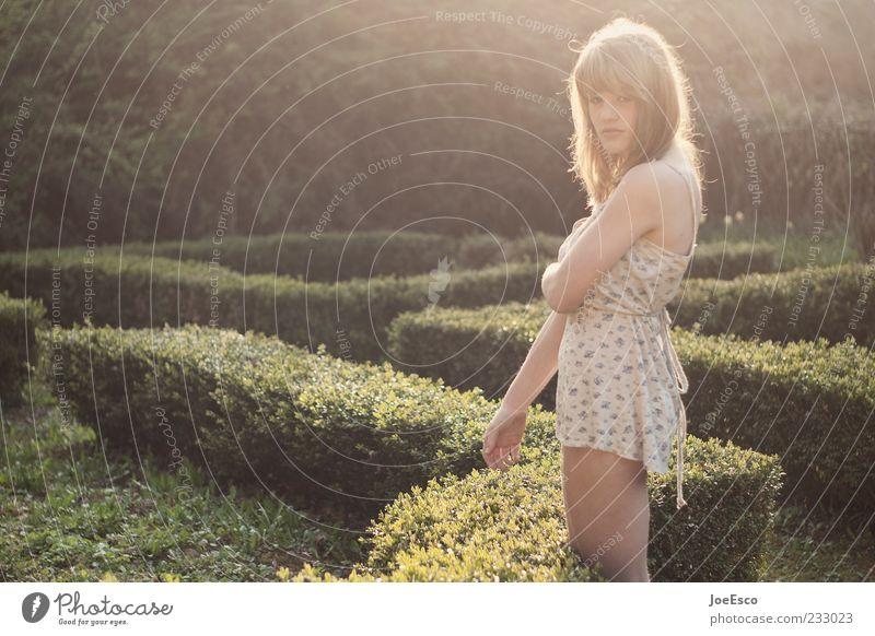 #233023 Stil schön Garten Frau Erwachsene Leben Natur Sträucher Efeu Park Kleid langhaarig beobachten Erholung stehen träumen warten trendy einzigartig