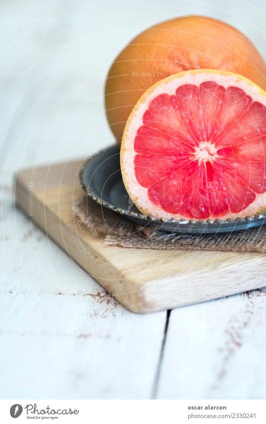 Grapefruit auf altem Holz Lebensmittel Frucht Ernährung Frühstück Mittagessen Abendessen Picknick Bioprodukte Vegetarische Ernährung Diät Saft Teller Körper