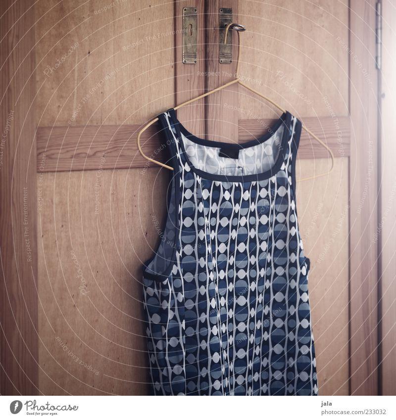 seins Schrank maskulin Bekleidung hängen schön Muster Kleiderbügel Farbfoto Innenaufnahme Menschenleer Hintergrund neutral Licht Top grau Unterhemd hängend