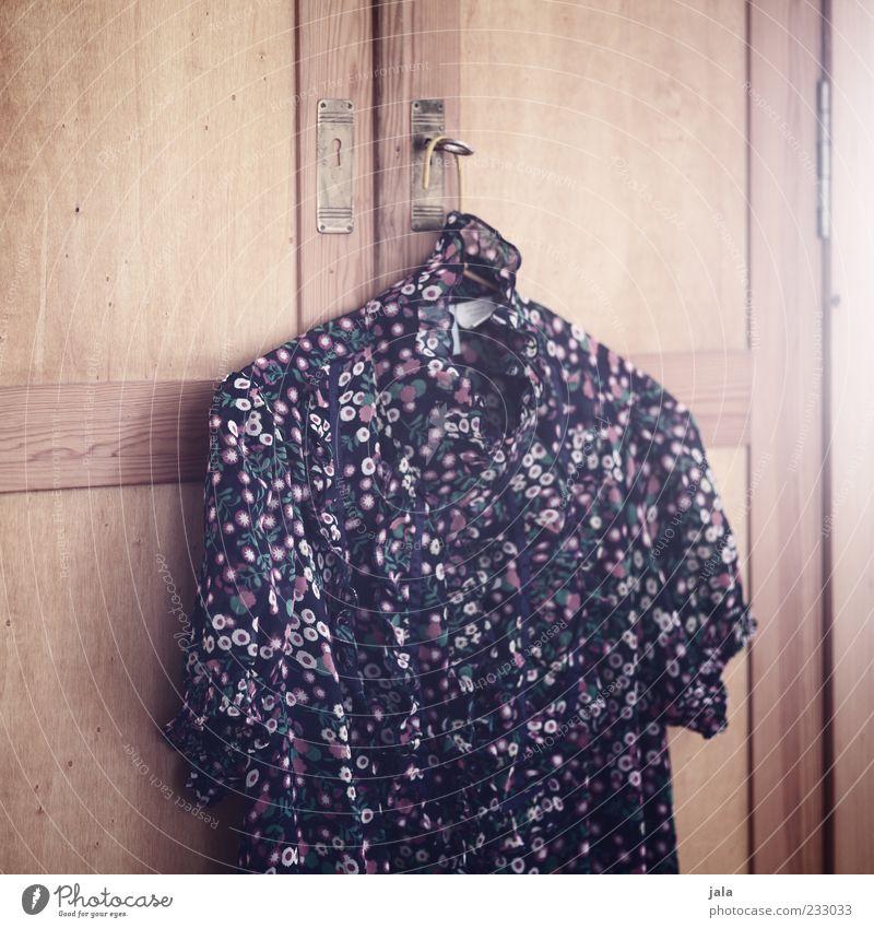 meins Möbel Schrank feminin Bekleidung Bluse hängen ästhetisch retro schön mehrfarbig Muster Blume Kleiderbügel Farbfoto Innenaufnahme Menschenleer Licht