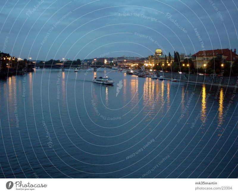 Abendliches Prag Nacht Licht Reflexion & Spiegelung Wasserfahrzeug Europa