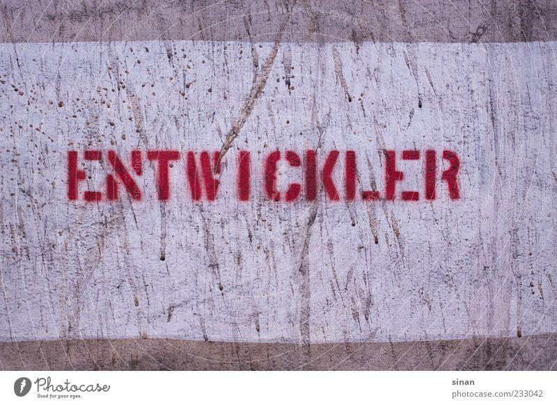 ENTWICKLER Stein Beton Schriftzeichen Schilder & Markierungen Graffiti alt retro grau rot Beschriftung entwickler Schablonenschrift Wand Fotografie Farbfoto