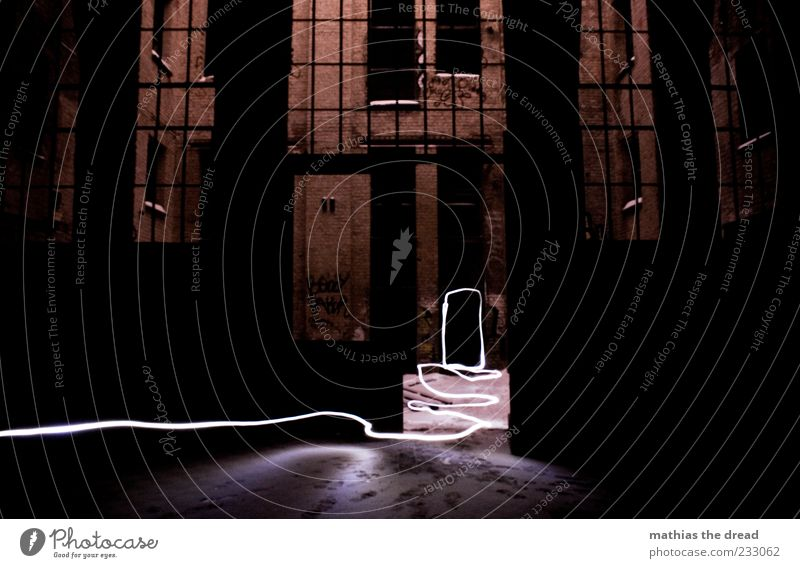 SPUREN LESEN alt Haus dunkel Schnee Fenster Wand Wege & Pfade Mauer Linie Tür gehen Fassade Spuren Fabrik Backstein Ruine