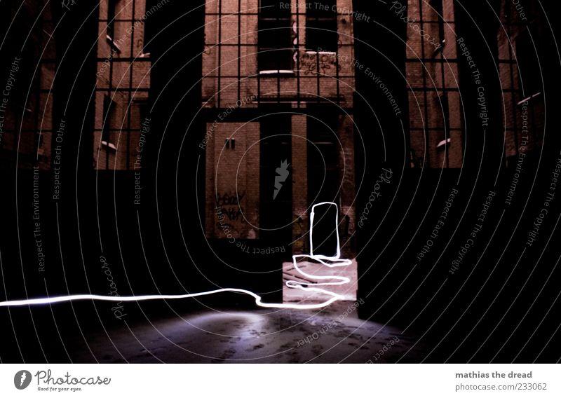 SPUREN LESEN Menschenleer Haus Industrieanlage Fabrik Ruine Mauer Wand Fassade Fenster Tür alt dunkel Innenhof Backstein gehen Schnee Spuren Lichtschein Linie