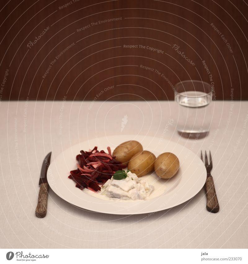 klassiker Lebensmittel Fisch Gemüse Salat Salatbeilage Kartoffeln Rote Beete Hering Ernährung Mittagessen Getränk Trinkwasser Teller Glas Besteck Messer Gabel