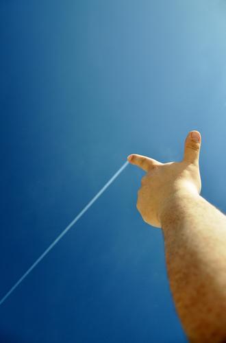 Himmelsmaler Hand Finger Luft Wolkenloser Himmel Schönes Wetter Streifen zeichnen Farbfoto mehrfarbig Außenaufnahme Textfreiraum links Hintergrund neutral
