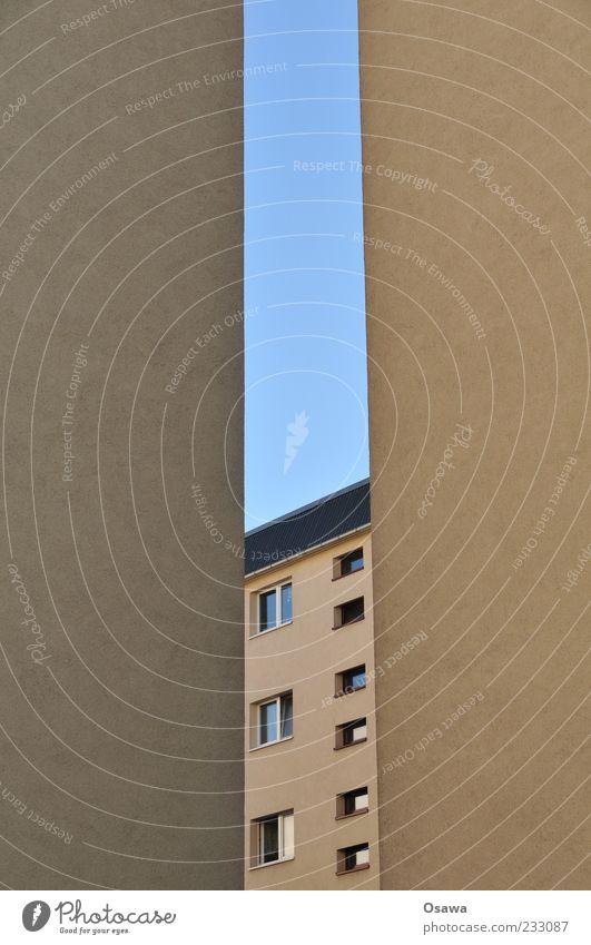 Zimmer mit Aussicht Himmel blau Fenster Wand Architektur grau Gebäude Fassade Putz Plattenbau Wohnhaus Hochformat Schlitz Brandmauer