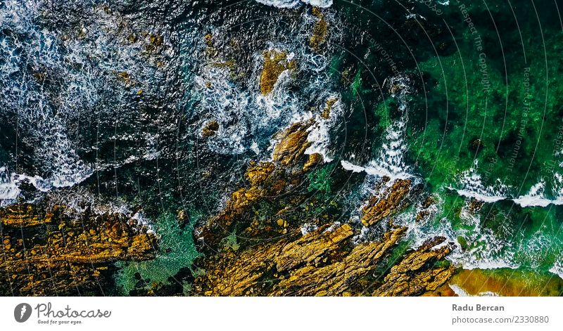 Luftaufnahme der Meereswellen, die am felsigen Strand erdrücken. Umwelt Natur Landschaft Erde Wasser Sommer Wetter Schönes Wetter Wind Sturm Felsen Wellen Bucht