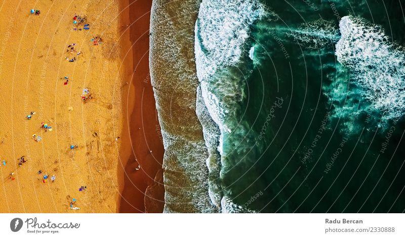 Luftaufnahme von einer Drohne von Menschen, die Spaß am Strand haben. Lifestyle Schwimmen & Baden Menschenmenge Umwelt Natur Landschaft Sand Wasser Sommer