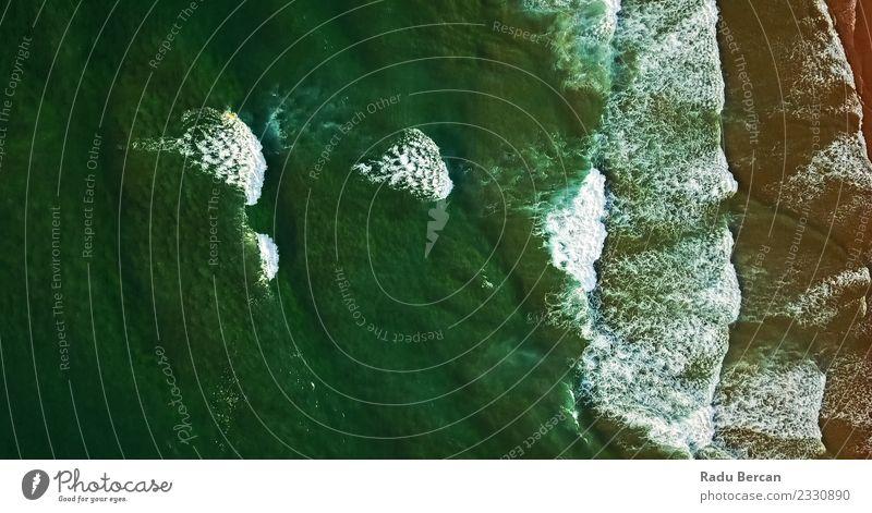 Luftaufnahme von der fliegenden Drohne der Meereswellen Umwelt Natur Landschaft Wasser Wetter Wellen Küste Strand Bucht Insel exotisch schön natürlich grün