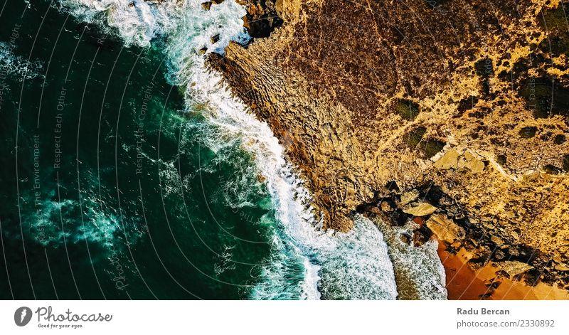 Luftaufnahme der Meereswellen, die am felsigen Strand erdrücken. Umwelt Natur Landschaft Erde Sand Wasser Sommer Wetter Unwetter Wind Wellen Küste Bucht