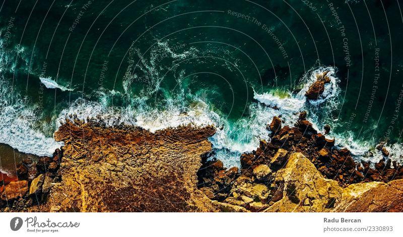 Luftaufnahme von der fliegenden Drohne der Meereswellen, die die Wellen zerstören. Umwelt Natur Landschaft Erde Sand Wasser Sommer Schönes Wetter Wärme Hügel
