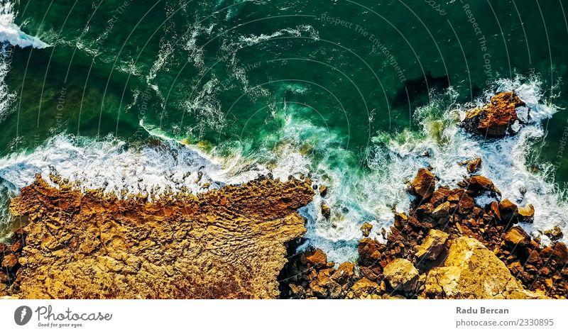 Ozeanwellen erdrücken die felsige Strandlandschaft Umwelt Natur Landschaft Sommer Schönes Wetter Wärme Hügel Felsen Wellen Küste Meer entdecken