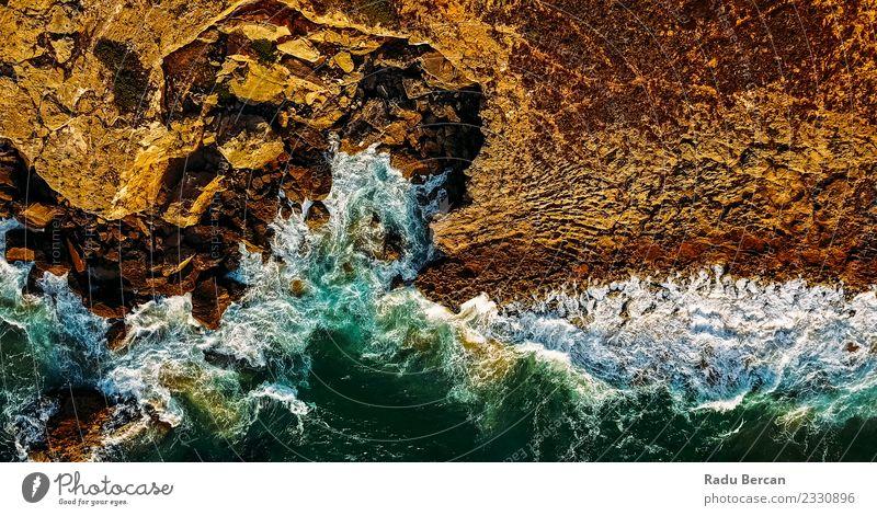 Luftaufnahme der Meereswellen, die am felsigen Strand erdrücken. Umwelt Natur Landschaft Wasser Sommer Wetter Wind Hügel Felsen Wellen Küste Bucht Insel
