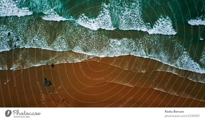 Luftaufnahme von der fliegenden Drohne der Meereswellen, die die Wellen zerstören. Umwelt Natur Landschaft Sand Wasser Sommer Schönes Wetter Küste Strand Bucht