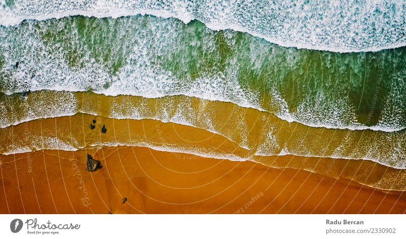 Luftaufnahme von der fliegenden Drohne der Meereswellen, die am Strand erdrücken. Umwelt Natur Landschaft Sand Wasser Sommer Schönes Wetter Wärme Wellen Küste