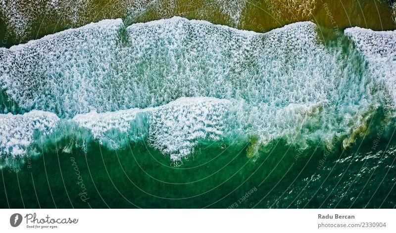 Luftaufnahme von der fliegenden Drohne der Meereswellen Umwelt Natur Landschaft Wasser Wellen Küste Strand Bucht Insel außergewöhnlich Ferne schön nass