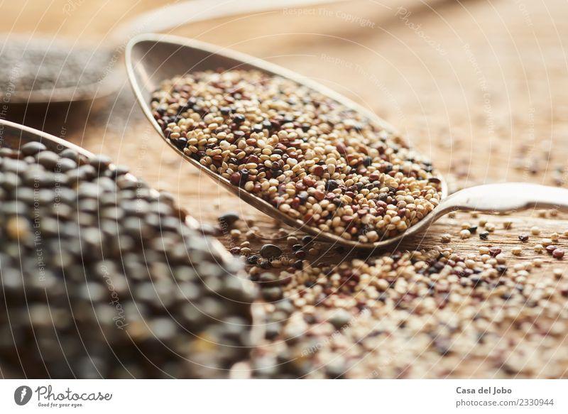 weiße, rote und braune Quinoa-Samen auf Silberlöffel Lebensmittel Gemüse Getreide Ernährung Essen Abendessen Vegetarische Ernährung Diät Slowfood Löffel
