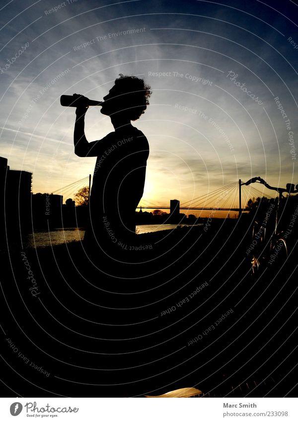 Timeout trinken Bier Alkohol 1 Mensch Wasser Flussufer Brücke Farbfoto Außenaufnahme Dämmerung Schatten Silhouette genießen Gegenlicht Sonnenuntergang