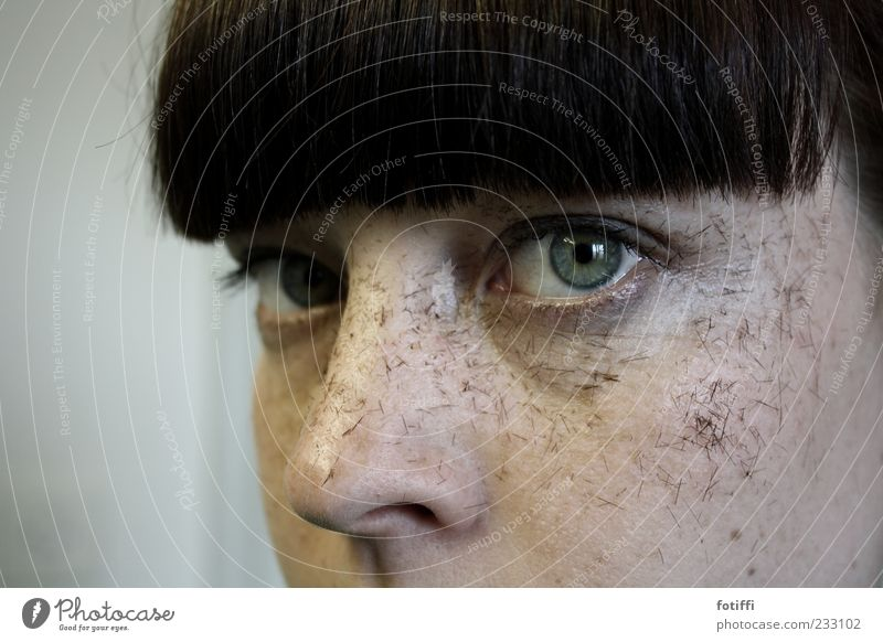 spitzenmäßig Jugendliche grün schwarz Gesicht Auge Haare & Frisuren dreckig Haut warten Pony geschnitten schwarzhaarig Anschnitt Entschlossenheit kurzhaarig