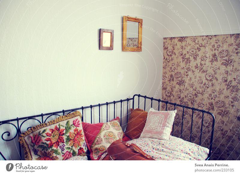 mein zimmer. Lifestyle Mauer Wand außergewöhnlich retro weich Kissen Bett Tapete Tapetenmuster Spiegel Bilderrahmen Tasche Bettwäsche Blumenmuster Kitsch
