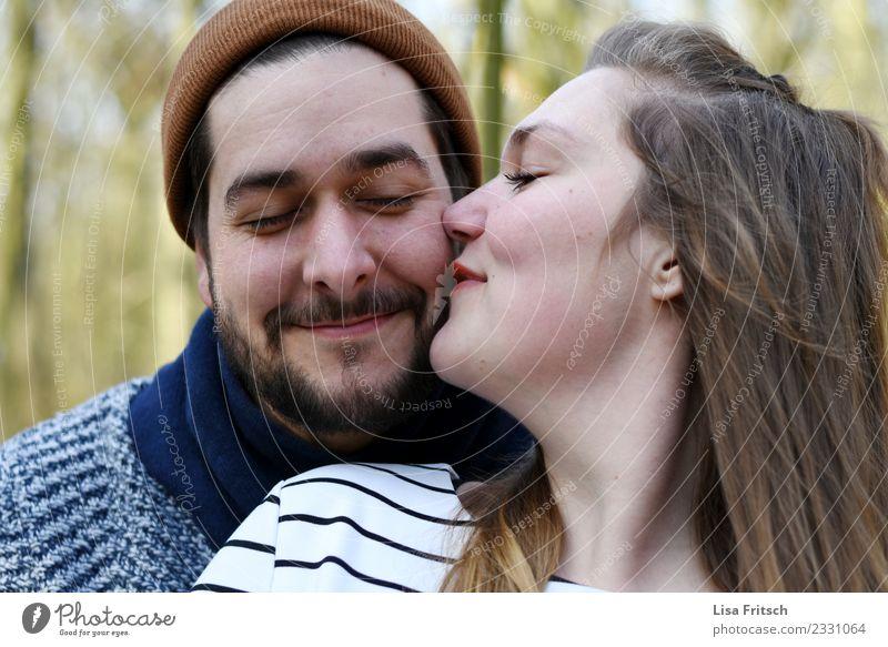 kuess mich Paar Partner 2 Mensch 18-30 Jahre Jugendliche Erwachsene Mütze brünett Bart Dreitagebart berühren genießen Lächeln Liebe träumen ästhetisch