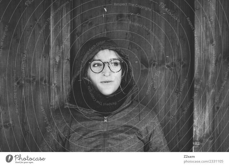 Frau wartet auf den Bus Lifestyle feminin Junge Frau Jugendliche 18-30 Jahre Erwachsene Herbst schlechtes Wetter Regen Jacke Kapuze Brille blond langhaarig