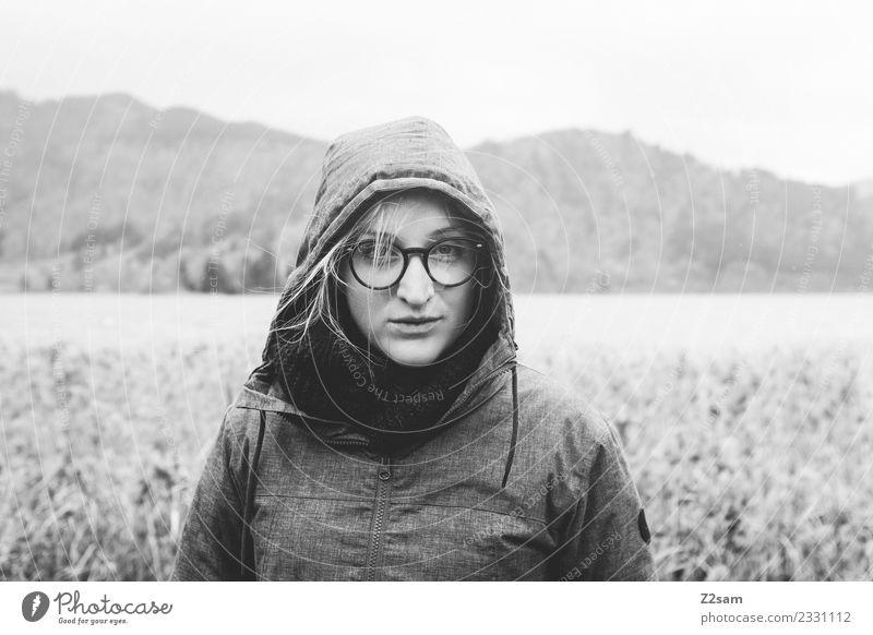 Junge Frau bei Regenwetter feminin Jugendliche 18-30 Jahre Erwachsene Umwelt Natur Landschaft Herbst schlechtes Wetter Alpen Berge u. Gebirge Mode Jacke Mantel
