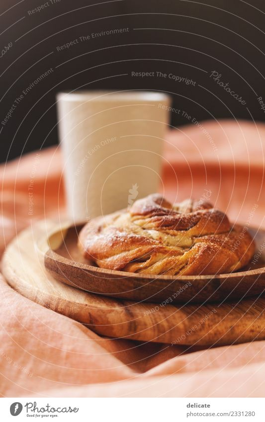 Zimtschnecke I Lebensmittel Getreide Teigwaren Backwaren Croissant Kuchen Süßwaren Ernährung Essen Frühstück Mittagessen Kaffeetrinken Büffet Brunch Getränk