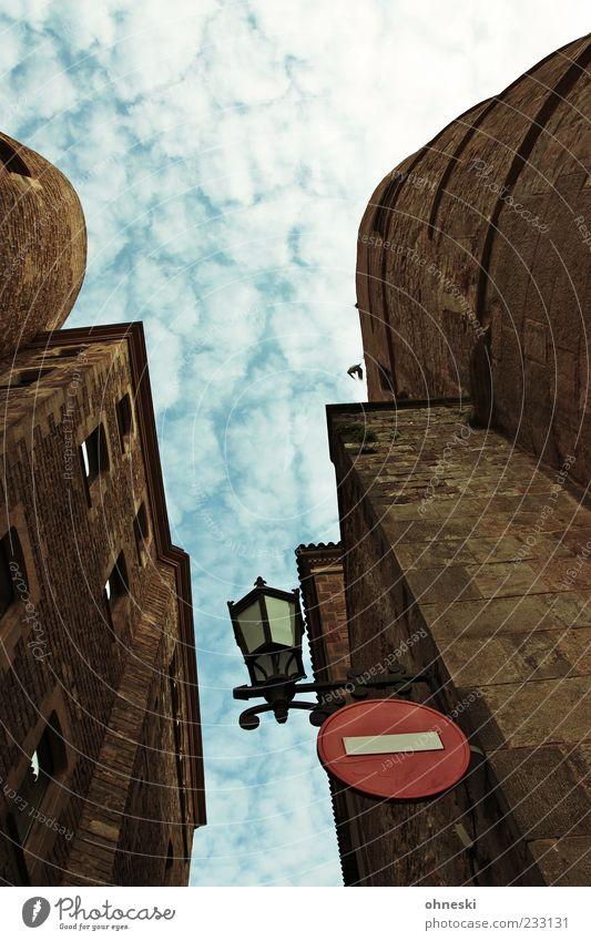 Barça! Himmel alt Ferien & Urlaub & Reisen oben Architektur Gebäude Hinweisschild Bauwerk Burg oder Schloss Laterne Barcelona Altstadt Verkehrsschild Festung