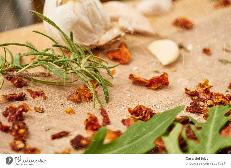 Salat, Kräuter und Knoblauch auf Holzplatte Lebensmittel Gemüse Ernährung Essen Abendessen Bioprodukte Vegetarische Ernährung Slowfood Italienische Küche