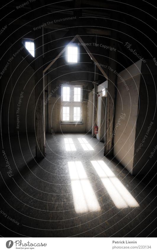 Zwischenwelt alt Einsamkeit dunkel Fenster Holz hell hoch außergewöhnlich ästhetisch Perspektive Boden Wandel & Veränderung Vergänglichkeit geheimnisvoll