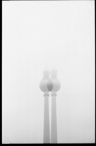 tv twin Architektur grau Nebel ästhetisch Wandel & Veränderung Turm Wahrzeichen Rahmen silber Berlin-Mitte Symmetrie Hauptstadt Berliner Fernsehturm