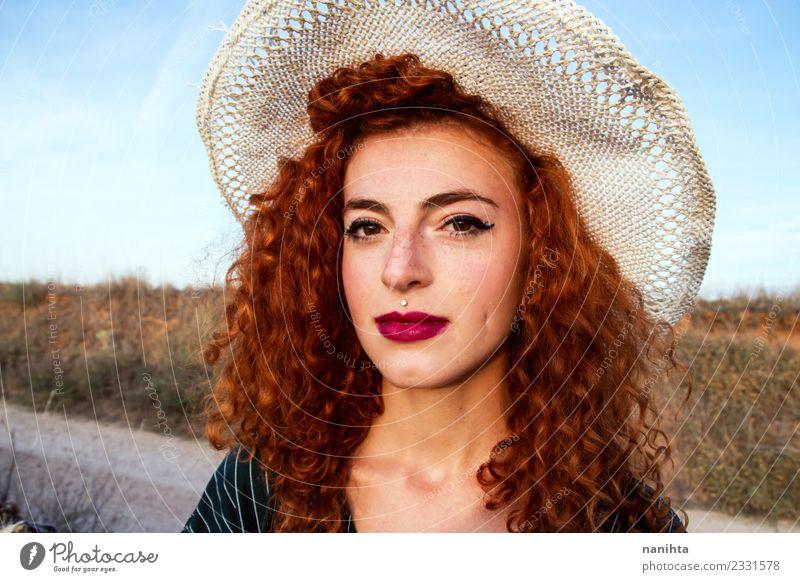 Junge rothaarige Frau mit Weizenhut Lifestyle elegant schön Haare & Frisuren Haut Gesicht Sommersprossen Ferien & Urlaub & Reisen Tourismus Sommerurlaub Sonne