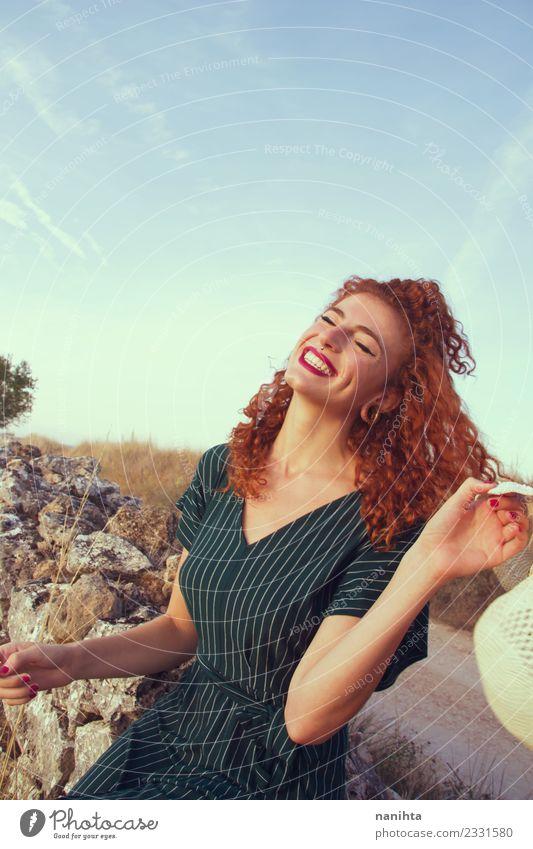 Junge rothaarige Frau genießt das Leben im Urlaub Lifestyle elegant Stil Freude Haare & Frisuren Gesundheit Wellness Wohlgefühl Ferien & Urlaub & Reisen