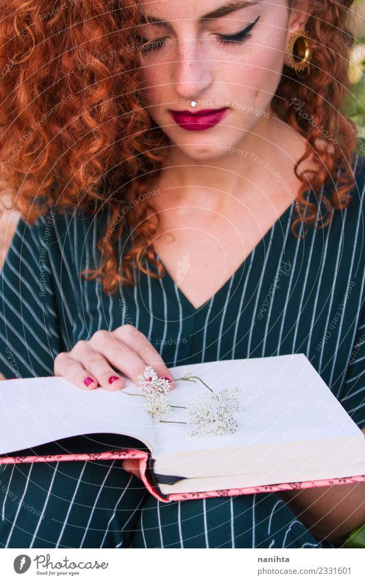 Junge rothaarige Frau hält ein offenes Buch. Lifestyle elegant Stil schön Haare & Frisuren Haut Gesicht Schminke Freizeit & Hobby Schüler Mensch feminin