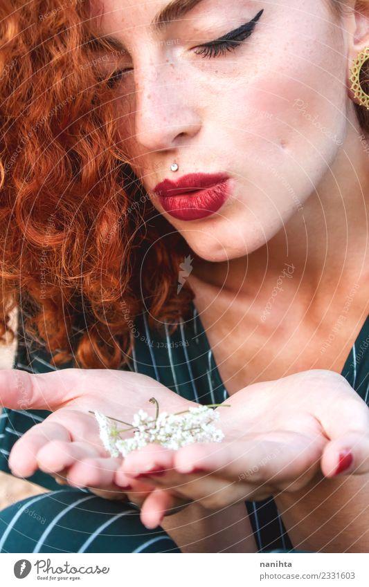 Junge rothaarige Frau, die Blumen bläst. Lifestyle elegant Stil schön Haare & Frisuren Haut Gesicht Schminke Sommersprossen Mensch feminin Junge Frau