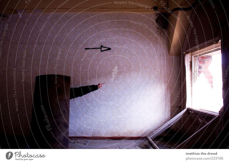 RICHTUNGSANZEIGE alt Hand Haus dunkel Fenster Wand Mauer Gebäude Raum Autofenster offen dreckig Fassade Arme Schilder & Markierungen maskulin