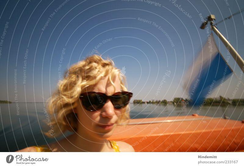 #233167 Mensch Himmel Jugendliche blau weiß Ferien & Urlaub & Reisen gelb Erholung feminin Kopf See blond Ausflug Insel Fahne Junge Frau