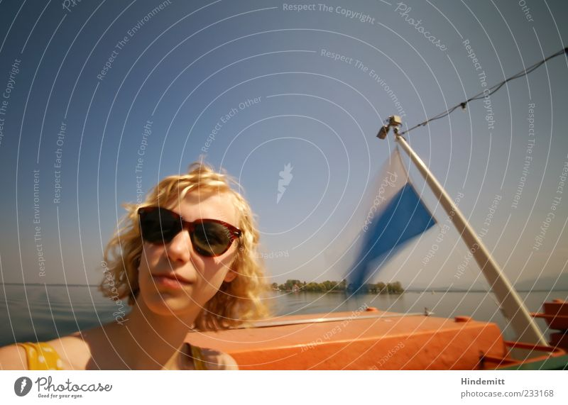 #233168 Mensch Himmel Jugendliche blau weiß Ferien & Urlaub & Reisen gelb Erholung feminin See blond Ausflug Insel Junge Frau Fahne Gelassenheit