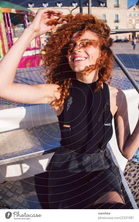 Junge, glückliche und rothaarige Frau, die den Tag in der Stadt genießt. Lifestyle elegant Stil Freude schön Haare & Frisuren Wellness Leben Wohlgefühl Mensch