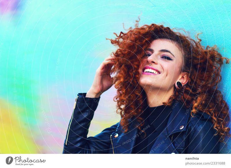 Junge glückliche Frau mit urbanem Stil Lifestyle Freude schön Haare & Frisuren Gesicht Mensch feminin Junge Frau Jugendliche 1 18-30 Jahre Erwachsene