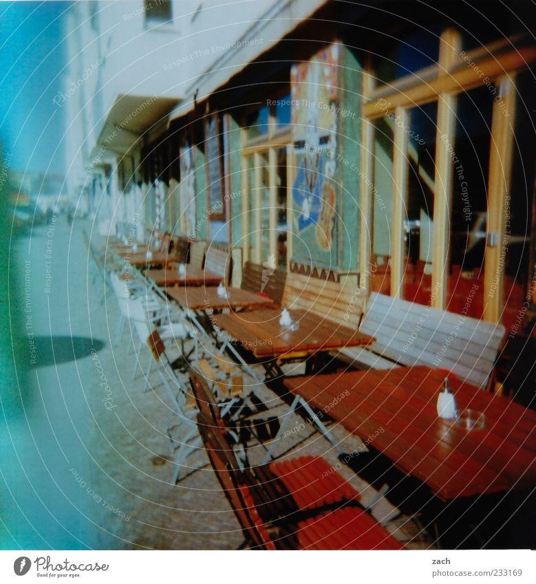 Vorsaison Restaurant Bar Cocktailbar Gastronomie Stadt Stadtzentrum Menschenleer Haus Fassade Straße Holz blau braun Café Tisch Holztisch analog Stuhl Holzstuhl